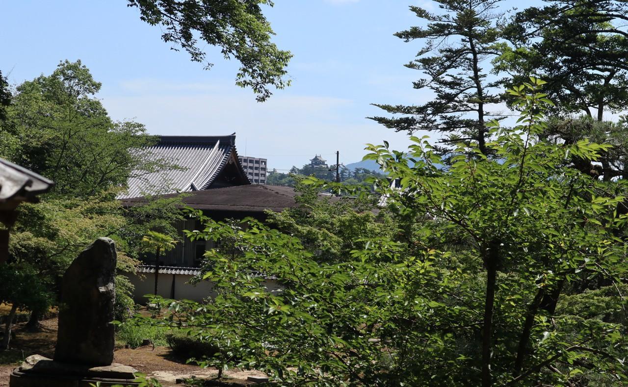 不昧公の廟から見える松江城